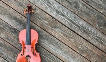 Violino posato su assi di legno