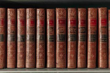 Libri di filosofia su uno scaffale