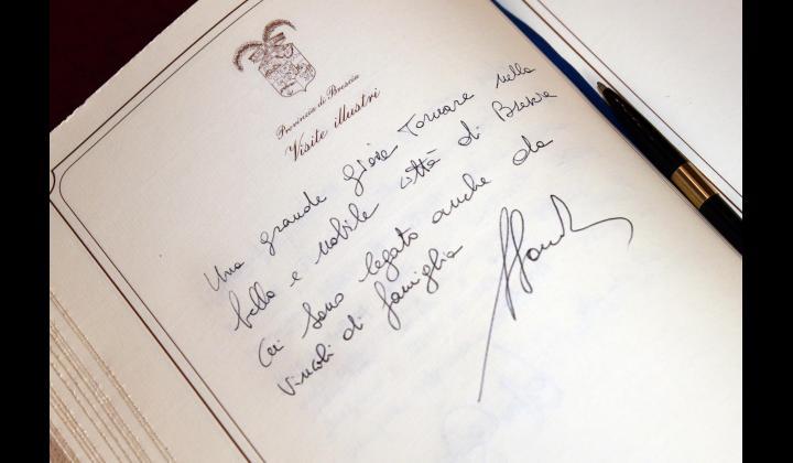 La firma del Presidente della Regione Lombardia Fontana sul libro delle Visite Illustri della Provincia di Brescia