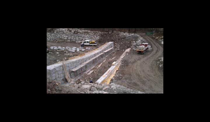 Foto 1 - Briglia a valle in fase